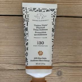 Drunk Elephant Umbra Tinte Physical Daily Defense SPF 30  Lækker let-farvet ansigts solcreme fra hypede Drunk Elephant  Ny og uåbnet    Oxybenzone-free, this 'clean-clinical' Umbra Tinte Physical Daily Defence SPF 30 is non-toxic to marine life as well as being a hard-hitting tinted, physical SPF30 sunscreen delivers a powerful broad spectrum UVA/UVB protection as well as helping protect skin against free radical and oxidative damage. Loaded with potent antioxidants such as astaxanthin, grape juice and sunflower shoot extracts to prolong a youthful-looking complexion. Infused with raspberry seed and marula oils, Umbra Tinte also delivers essential moisture and minimises the look of fine lines and wrinkles for skin that appears healthy and preserved. Perfect for daily use, this non-sticky formula doesn't leave behind any unwanted texture or residue with zero white cast due, just a gorgeous sun-kissed tint for a healthy-looking complexion.