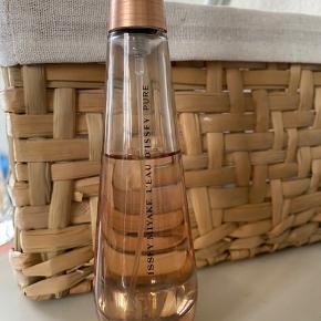 50 ml eau de parfume. Dufter virkelig godt. Der er stadig langt over halvdelen tilbage