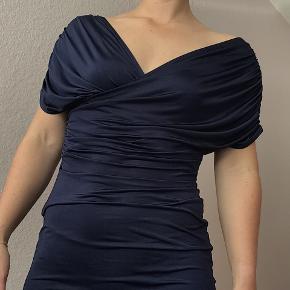 Super smuk, mørkeblå kjole fra Nelly. Det blødeste stof, så den er meget behagelig at have på. Kun brugt en enkelt gang. Str. L, men vil mene, at den kan passes af en M også. Nypris: 600,-  Kan sendes eller afhentes på Amager.  Tjek også mine andre annoncer ✨