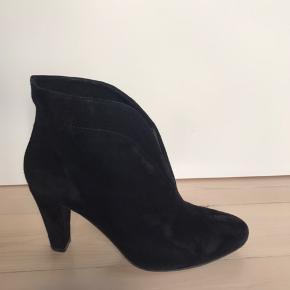 Skøn ruskind støvlet med pude inden i så dejlig at have på. Meget blødt ruskind. 8cm høje