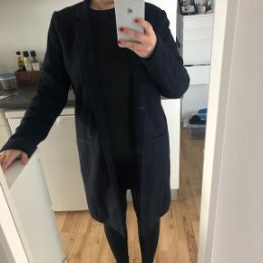 Super fin jakke til foråret i navy blå💙 Aldrig brugt og stadig med prismærke. Jakken har en knap i midten
