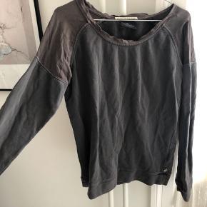 Super fin sweater, som stadig holder sig rigtig godt