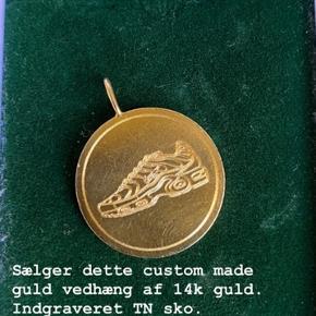 Custom made 14k guld vedhæng lavet af Handcraftedcph med indgraveret TN sko. Eneste af slagsen. Ny pris 4500kr