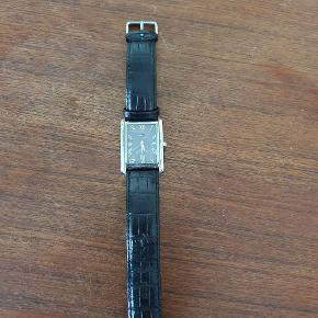 Lækkert firkantet ur fra Tommy Hilfiger med sort læderrem. Har kun været brugt få gange.