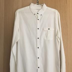 Ny skjorte i 100% Bomuld fra Calvin Klein Jeans. Aldrig brugt, men uden prismærke.  Prisen er Inklusiv fragt.