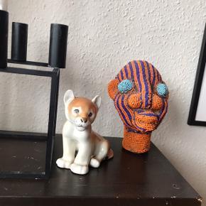 Super skøn lille USSR løveunge 🦁 eller måske er det en los? Ikke desto mindre er den helt fantastisk sød 😍 har desværre fået et lille nips på øret, ses dog ikke specielt tydeligt. Virkelig dejlig porcelænsfigur 🌾 måler ca. 11,5 cm på højeste sted   Bemærk - afhentes ved Harald Jensens plads eller sendes med dao. Bytter ikke 🌸  💫 Porcelæn keramik retro loppefund russisk Rusland USSR løve løveunge losunge Los porcelænsfigur figur