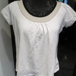 Varetype: Luksus T-shirt Farve: se foto Oprindelig købspris: 1000 kr.  Super lækker t-shirt i dejlig kvalitet. Meget anvendelig. Brystvidde 98cm. Sød lille sommerfugl i glitterstene, i nakken  Porto er sendt som pakke uden omdeling med DAO.