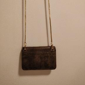Lille lækker taske fra InWear, ca 15x10 cm stor. Brugt få gange. Ingen brugsspor. Perfekt til er aften i byen, lige plads til kort, telefon og nøgler.