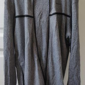 Lækker trøje med lynlås fra Jack & jones CORE serie. Kommer selvfølgelig uden huller eller kosmetiske fejl.   Kan afhentes i Hillerød eller sendes.  Se gerne andre annoncer for mere tøj