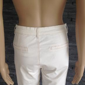 Pragtfulde bukser med super pasform  Liv. 80 cm Indvendig benlængde 70 cm Skridthøjde 25 cm  Bomuld og elasthan