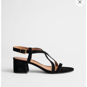 Sandal med hæl str. 40  Sort ruskindssandal med 5cm hæl Lidt smal str 40