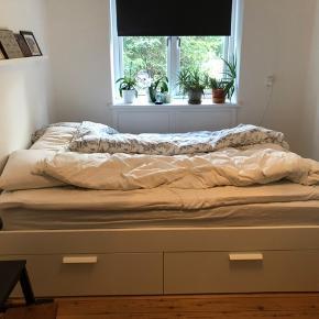 IKEA brimnes seng. Mål : 140cmx200cm Sælges inkl lamelbund (lönset) samt madras Hamarvik fast. Madras kun brugt med topmadras. Stellet har ingen skrammer