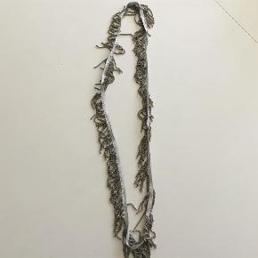 Varetype: Halskæde-brugt 1 gang Størrelse: Lang Farve: Sølv