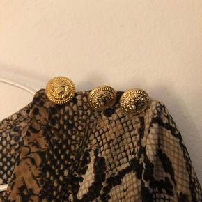 Sælger denne flotte kjole med slangeprint fra Buch Copenhagen.  Den er aldrig blevet brugt - kun prøvet på. (Jeg fik den i gave, men brugte den aldrig)
