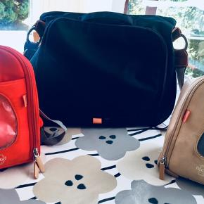 """PacaPod Almora Black – 3 i 1 Pusletaske PacaPods Almora pusletasker er virkelig holdbar coated bomuldskanvas med flotte læderdetaljer – nemt at holde rent. Hele bagsiden på tasken lynes op og alt hvad du har brug for kan organiseres i de to """"Pods"""" eller i de mange lommer. Tasken har en god størrelse så der er plads til ekstra tøj og ting, udover det som kan være i de mindre pods. Den ene pod (termotasken) har remme så den også kan bruges som rygsæk af barnet når hun når den alder"""