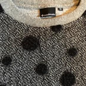 Super lækker og speciel bluse fra Soulmate i str M.  Ved første blik ligner det uld også på kvaliteten men det er ikke uld.  Aldrig brugt rigtigt - kun prøvet flere  gange.