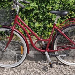 Ingen fejl eller mangler den er som ny. Der er lys og lås, cykel kurv, en komplet cykel der har kørt 3 korte ture. Stel størrelsen er 50 cm.
