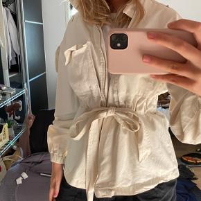 Sælger denne fine jakke da jeg desværre ikke får den brugt. Brugt 5-10 gange🌸 Sælges for 300 kr