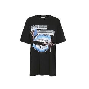 Oversize t-shirt fra Gestuz med det fedeste print 💜✨. Str s. Ny pris var 400,-. Har aldrig fået den brugt, som ny. 95% økologisk bomuld, 5% elastane. Cool med en meshbluse under, jeans og støvler 👌🏻. #trendsalesfund