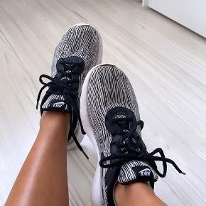Nike sko uden tegn på slid.  Ny pris omkring 800kr.