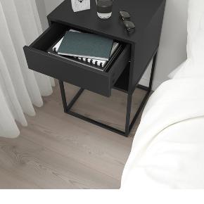 Sælger 2 sorte sengeborde fra Ikea. Købt i august måned - nypris er 399 kr. pr. sengebord. Sælges for 250 kr. pr. bord og 400 kr. for begge :-)