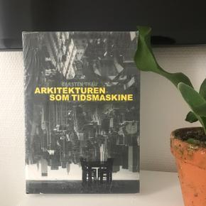 """Helt ny og stadig i indpakning """"Arkitekturen som tidsmaskine"""" bog af Carsten Tau fra Kunstakademiets arkitektskole.  Prisen er fast og jeg bytter ikke! 🌿✨  🌍 Afhentes hurtigst muligt på Nørrebro  💌 Kan sendes for 36 kr med DAO"""