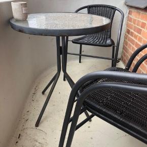 Sælger rundt cafébord med tilhørende stole - 3 stks. Stolene er købt i marts. Bordet er ældre og er i knap så god stand.  Stolene sælges samlet for 170kr. Bordet kan fåes sammen med stolene for 200kr. Skal afhentes.