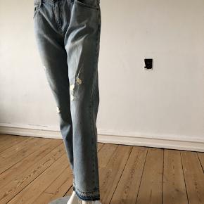 Relaxed fit jeans fra Current Elliot. Brugte lidt men fejler absolut intet.  Str 27.  Byttes ikke.