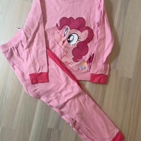 Flot sæt - fra H&m bukser og bluse med My little pony pinkie pie str 110/116. Sættet er brugt 1-2 gange men har en plet på ærmet - ved ikke om det kan komme af i vask.  Kan sendes med dao a 39kr