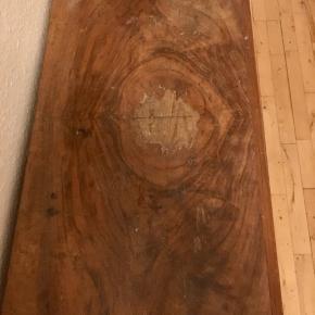 Antik kommode til fx gangen, 1 skuffe og 1 hylde  med nøgle til.  Mål: b 65x h 80x d 34 cm  Trænger til en kærlig hånd.