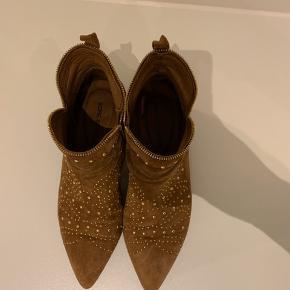 Klassisk støvle fra Sofie Schnoor sælges.  Brugt et par gange, har fået et lille hak på indersiden af den ene hæl (se billede)  Prisen er sat herefter. Bytter ikke
