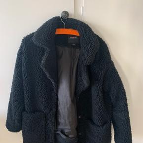 Monki sort vinterjakke  Xs, men er meget stor i størrelsen