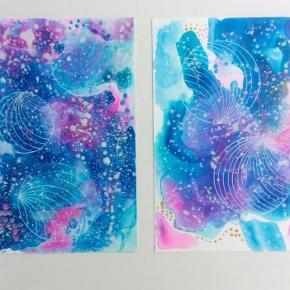 Kølige farver i varmen original abstrakt maleri, malet på A4 yupo papir . Kan vendes både lodret og vandret. Maleriet er malet med akryl, alkohol ink og tegnet med posca tusser. Yupo papir er et syntetisk papir, med silkematte overflader, lavet af polypropylene. Papiret har en helt glat overflade og er syrefrit. Størrelse 24x30 cm 1 stk for 320 kr, 2 stk for 520 kr
