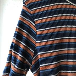 Stribet t-shift i rib fra H&M trend. Meget strækbar og kan også passes af str 40. Farverne er mørkeblå rust og hvid