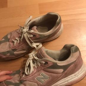 Sålen er gået op et par steder, men udover det er skoen egenligt bare beskidt.  BYD LØS💗 HØJESTE BUD: 50kr  #30dayssellout