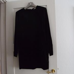 Ny, kort velourkjole. Lukkes bagpå med lang lynlås og hægte . Delvis foret.  Lidt svær at gengive, men den er meget mørk sort og med flot glans i velourstoffet.