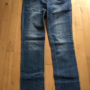 """Varetype: Jeans Størrelse: 31/34"""" Farve: Denim  2 par jeans , den ene fra  M. A. P. P  , i str 31/34  Buksen har et slidt look.  Et par Marc  Lauge , i str 40 længde 86 i lyse  Det er lidt stræk i begge par 50kr pr par"""