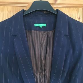 Rigtig fin kortærmet blazer i mørkeblå med tynde, røde nålestriber. Kort model. Lukkes med hægter.  Jeg foretrækker at handle via Trendsales og sende med DAO. Alternativt via MobilePay.  Køber betaler gebyr og fragt.  #30dayssellout