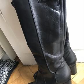 Varetype: Støvler Farve: Sort Oprindelig købspris: 2500 kr.