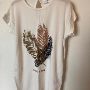 Sød t-shirt fra The New i en utrolig blød og lækker kvalitet.  Smukt print i skønne, afdæmpede farver  med lidt glimmer.  55kr pp