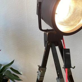 Unik gulvlampe, jeg selv har lavet. Retro kamera stativ, og en Unispot lampe,  Med neon orange/pink stofledning med lysdæmper på.   Pære medfølger 💫