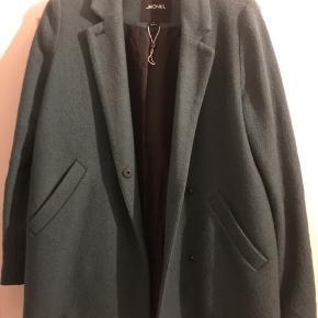Lækker frakke fra Monki i 40% uld derfor rigtig fin til overgang eller vinterjakke. Fejler Intet