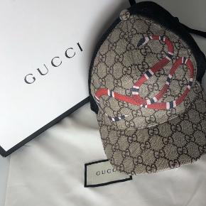 Gucci kingsnake GG suprême cap sælges. Aldrig brugt, størrelse (L59). Dustbag medfølger.