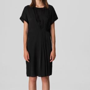 BMB Linana kjole - ny aldrig brugt😀Dog har jeg fjernet læggene på kjolen foran, da jeg ville bruge den uden læg - det fik jeg så aldrig gjort😉Det ses på stoffet, at læggene har været der, så mit forslag er, at få dem syet igen✅ Nypris 1999,-