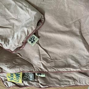 Sengetøj fra Sebra. Kun vasket og brugt et par gange.   Sælges for 100 kr. prisen er eksklusiv fragt og ts gebyr.