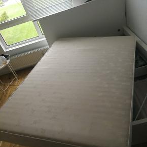 Sælger min box madras i str 140 x 200. Hentes hurtigst muligt, gerne allerede Idag!