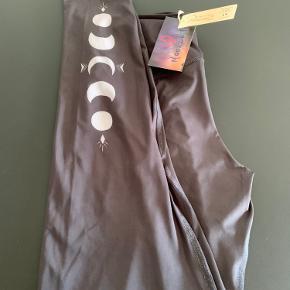Moonchild leggings sælges ubrugte. De er købt med nedsat pris så derfor sælges de billigere. Str Small. Np 700,-(490) Sælges for 350,- + forsendelse 37,- Nej tak til bytte og prisen er fast.