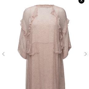 Sød lyserød kjole med prikker fra Second Female i str XS (jeg er str M/medium og den passer mig helt fint) 😊 Style: Astrid Dress   Obs. underkjole medfølger ikke