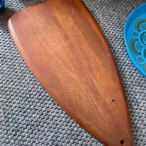 Lækkert retro teak skærerbræt 48x24 cm.. Se billeder for mærke og brugsmærker. Ikke forsøgt udbedret med olie...