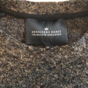 Flot sweater fra Designers Remix i brunlige nuancer. Den er lidt stor i størrelsen, så den kan også sagtens passes af en str. 36.